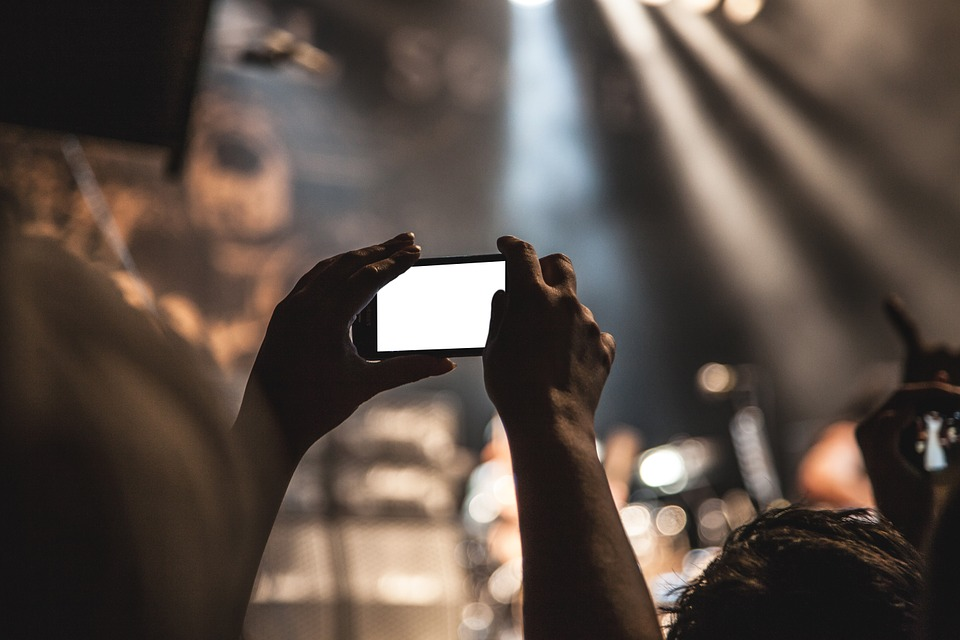 Vad är streaming? Att streama TV är numera vanligt både i Sverige och utomlands. Streaming innebär att du tittar på TV via din surfplatta, mobiltelefon eller din dator. Man kan även få upp streaming på sin Smart TV såklart. Antingen direkt till TVn eller via de andra produkterna. TV via streaming Tidigare var det ollagligt att streama film, serier och sport via datorn. Det fanns länge inget utbud som var lagligt, men sedan flera år tillbaka så lägger de olika Tv kanalerna ut stora delar av sitt kanalutbud via streaming. Sportevenemang, såsom Fotbolls VM, OS, Fotbolls EM, Hockey VM och andra stora sportevenemang ligger numera ute, så du kan streama dessa helt lagligt för en liten summa pengar hos de olika TV leverantörerna. Streama sport Det är mycket vanligt att man vill streama sport! Inget konstkigt med det! Fotbolls VM har dragit mängder med tittare via streamingtjänster under denna sommar och kommande evenmang kommer även de att skapa många tittare som strömmar matcherna via Tex C More eller Viaplay. Hockey är populärt att streama och du kan se SHL, Hockeyallsvenskan och NHL via streaming på din mobil, surfplatta eller dator. Detta har ju öppnat upp för de som befinner sig på resande fot, utanför hemmet eller på andra platser, så även dessa kan se dessa matcher. Streama filmer Det finns både betaltjänster och gratistjänster vad gäller streaming och det är många tittare på både dessa former av tjänster. SVT lägger ut sitt utbud på SVT play, där du kan se stora delar av deras utbud i efterhand. Programmen kan du helt gratis streama under vissa perioder efter att de har sänts. SVT play har fått priser internationellt för sitt fina upplägg och höga kvalitet på sin tjänst. Större utbud utan tidsbegränsningar kan du hitta hos C More, Viaplay, C More Play samt Netflix. Det är dessa tjänster som har ökat mest de senaste åren vad gäller streaming via Internet. Jämför streaming tjänster Du skall jämföra streaming och TV abonnemang med jämna mellanrum, så att du har tillgå