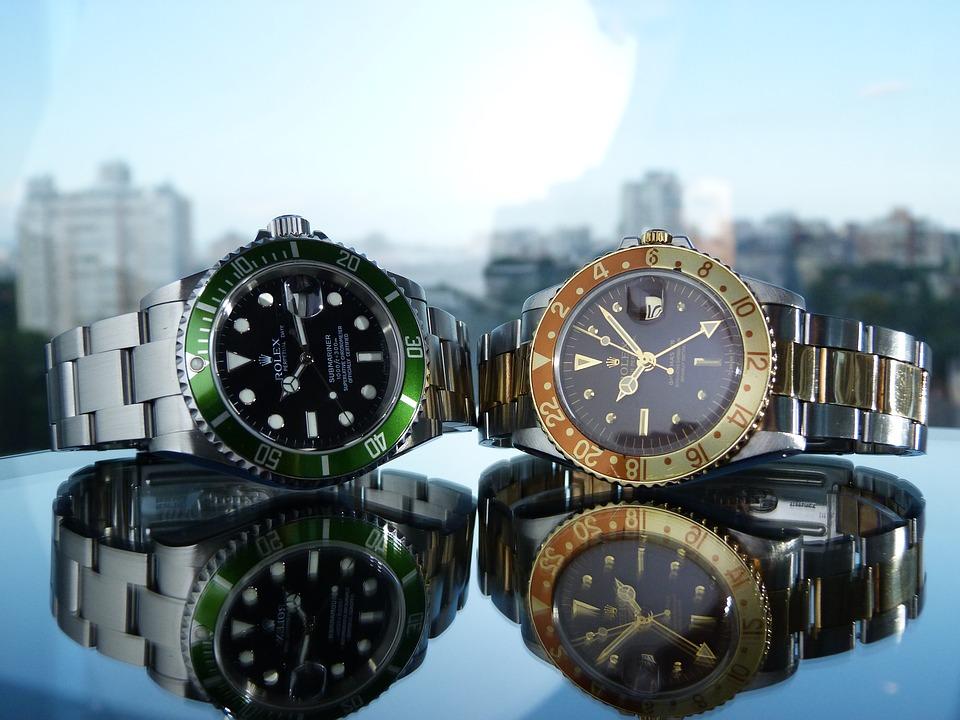 """Lyxiga klockor Rolex är i vart fall ett namn som borgar för högsta kvalitet och de klockor som det står Rolex på är garanterat lyxiga och av den anledningen så kostar de också en ganska skön summa pengar att köpa. Rolex Rolex klockaRolex är utan minsta tvivel en av världens absolut mest berömda och legendariska tillverkare av klockor och armbandsur. Säg """"Rolex"""" till någon och vederbörande kommer garanterat att få något saligt i blicken på direkten. Föregångaren till Rolex var ett företag som hette Wilsdorf and Davis och som grundades 1905 i London av Hans Wilsdorf och Alfred Davis. Tre år senare – närmare bestämt år 1908 – beslutade sig de två herrarna, som för övrigt var svågrar med varann, för att starta företaget Rolex. Exakt vad detta ord betyder är det ingen som har lyckats klura ut. Det är bara ytterligare ett mysterium i den långa raden av olösta gåtor som finns i vår värld. Victorinox Victorinox klockaDet schweiziska företaget Victorinox är nog för de allra flesta mest känt som det där företaget som tillverkar fällknivar åt den schweiziska armén. Men detta är bara en liten del av den hela och fulla sanningen om detta företag i det lilla landet högt uppe i Alperna. Man har de facto betydligt fler strängar på sin lyra än enbart röda knivar med det där klassiska korset på som symbol och logga. Visste du till exempel att Victorinox även tillverkar klockor och armbandsur? Jodå, det äger faktiskt sin riktighet. Även om mycket av produktionen i den egna fabriken i staden Ibach uppe bland Alperna i nyss nämnda land sker på uppdrag av armén så har man även andra produkter ute på banan, däribland fina klockor och armbandsur. Inte bara knivar Victorinox må vara kända främst för sina fällknivar men det är ett fullkomligt obestridligt faktum att om man vill ha en klocka med kvalitet så ska man köpa en Victorinox. Tissot Tissot klockaÄr du på jakt efter en riktigt snygg och fin och på alla sätt hållbar klocka som du kan ha på armen så har du väldigt mycket att välja mella"""